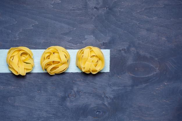 Makaron z pszenicy durum. jedzenie dla wegan. prawidłowe odżywianie, zdrowa żywność. szare tło
