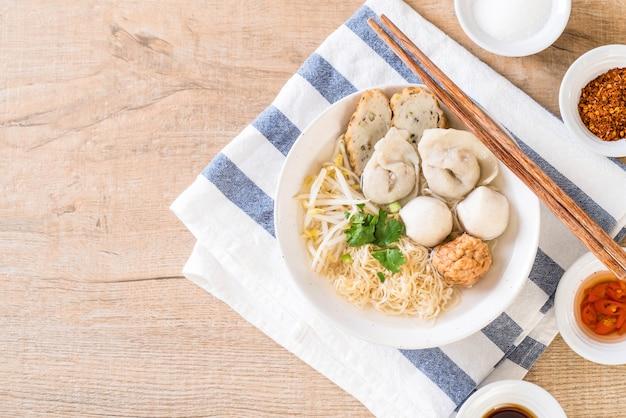 Makaron z rybią kulką w zupie