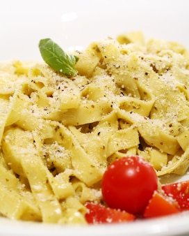 Makaron z serem i pomidorem wiśniowym