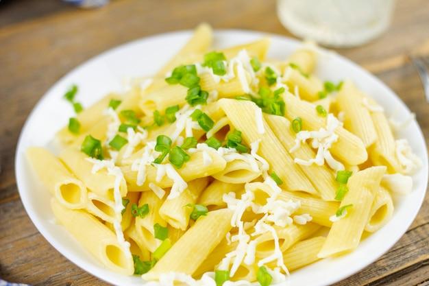 Makaron z serem i ziołami na talerzu