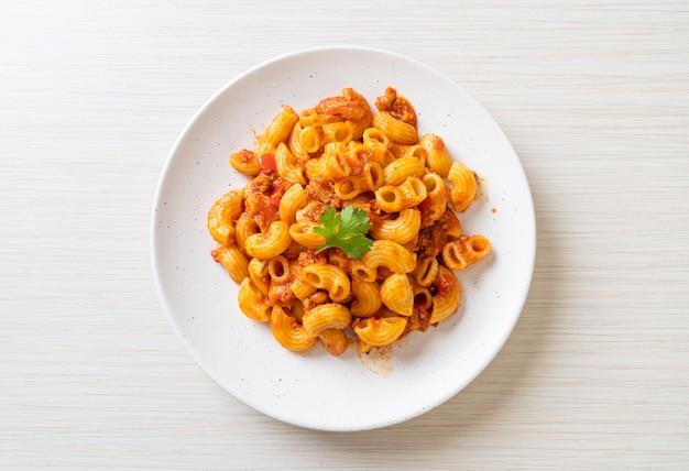 Makaron z sosem pomidorowym i mieloną wieprzowiną, american chop suey, american gulasz