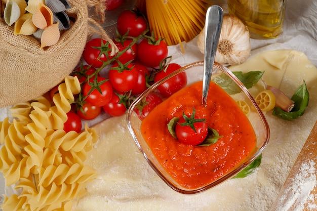 Makaron z sosem pomidorowym i pomidorami koktajlowymi