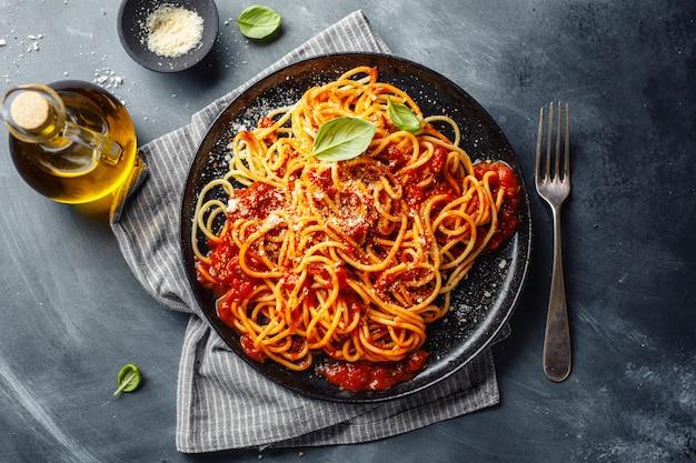Makaron z sosem pomidorowym na talerzu