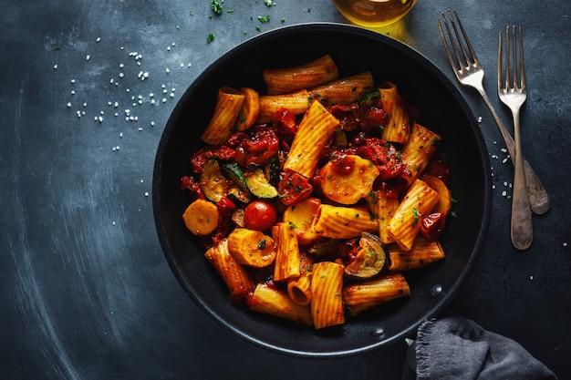 Makaron z sosem pomidorowym z warzywami