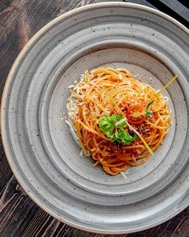 Makaron z tartym sosem pomidorowym i zieleniną