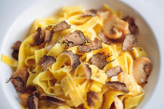 Makaron z truflami, typowe jesienne danie. danie z menu restauracyjnego.