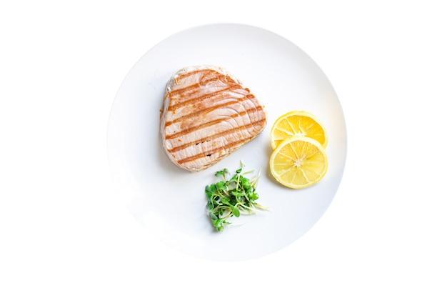 Makaron z tuńczykiem fusilli wielobarwny pełnoziarnisty pszenica durum owoce morza pikantna pieczona ryba smażona z grilla