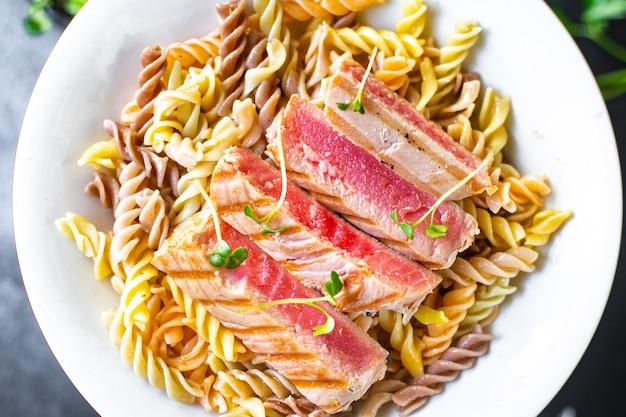Makaron z tuńczykiem owoce morza pikantne fusilli pieczone ryby smażone z grilla drugie danie