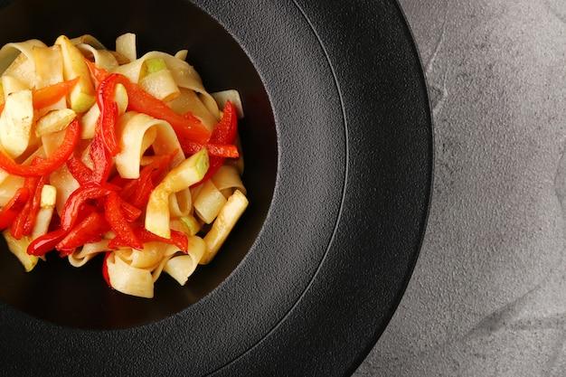 Makaron z warzywami i serem widok z góry.
