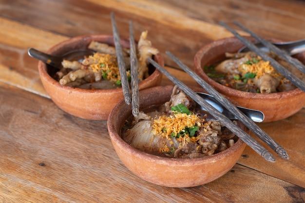 Makaron z wieprzowiną i kulkami wieprzowymi z zupą