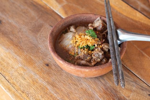Makaron z wieprzowiną i kulki wieprzowe z zupą