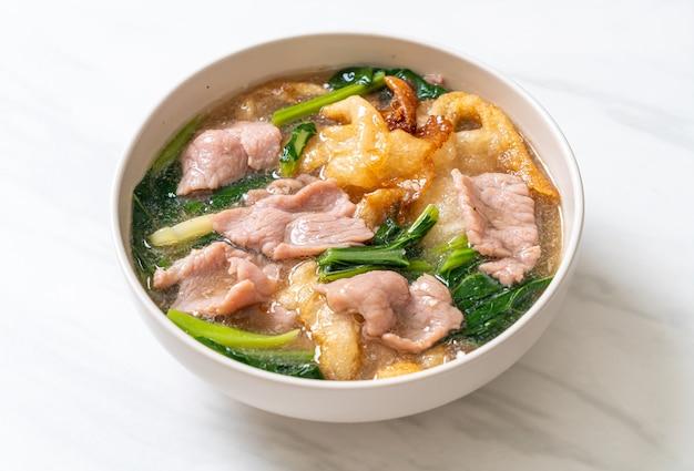 Makaron z wieprzowiną w sosie sosowym - azjatycka kuchnia