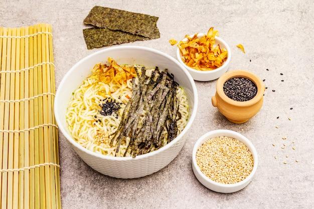 Makaron z wodorostami, płatkami tuńczyka i ziarnami sezamu