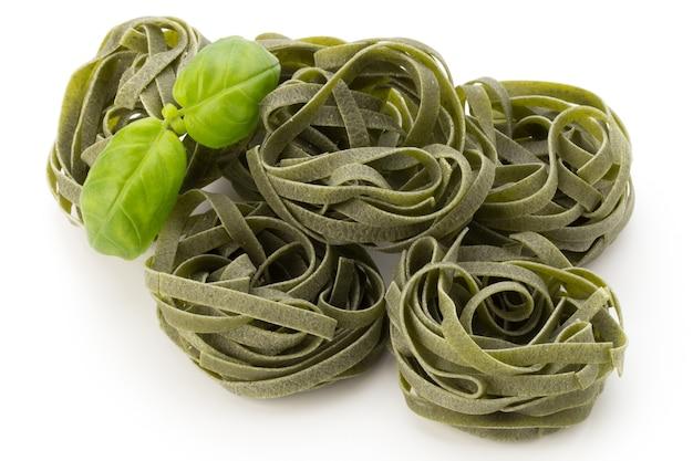 Makaron z zielonymi liśćmi