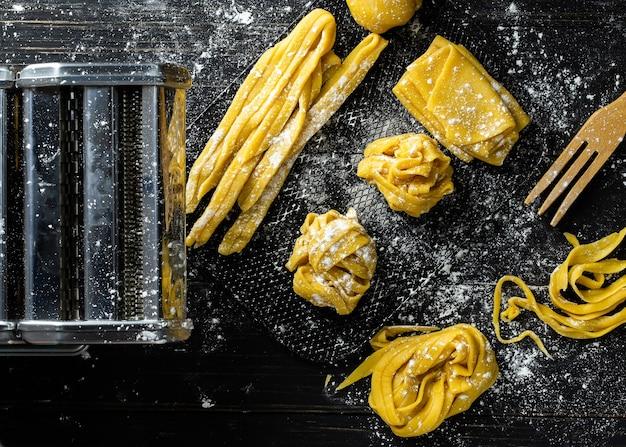 Makaron ze składnikami makaronu na ciemnym drewnianym stole z widokiem
