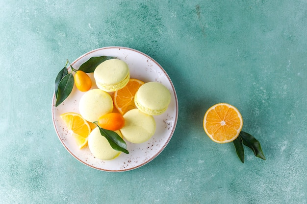 Makaroniki cytrynowe ze świeżymi owocami.