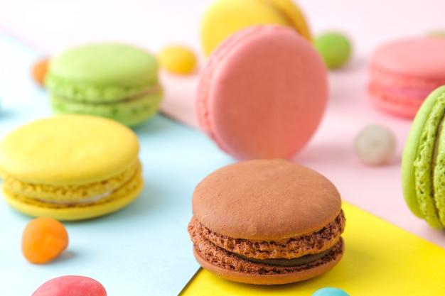 Makaroniki. francuskie wielokolorowe ciasteczka makaroniki. małe francuskie słodkie ciasto na jasnym wielokolorowym tle. deser. słodycze.