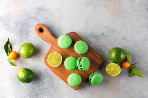 Makaroniki limonkowe ze świeżymi owocami.