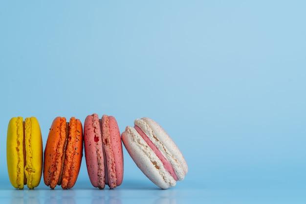 Makaroniki lub ciasteczka makaronikowe i kolorowe francuskie desery