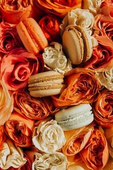 Makaroniki na tle kwiatów