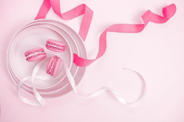 Makaroniki z różowo-białą wstążką