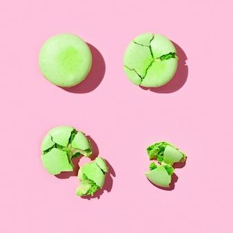 Makaroniki zielone, wzór makaroników francuskich ciasteczek. połamane ciasteczka z okruchami.