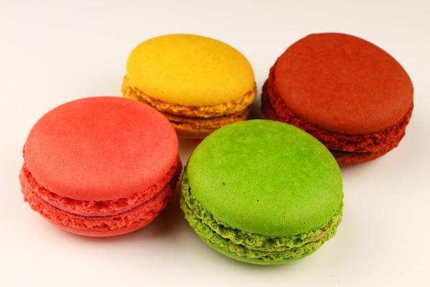 Makaronowe kolorowe ciasteczka cukiernicze na białej powierzchni
