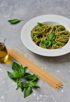 Makaronowe pesto spaghetti ze świeżą bazylią i oliwą z oliwek