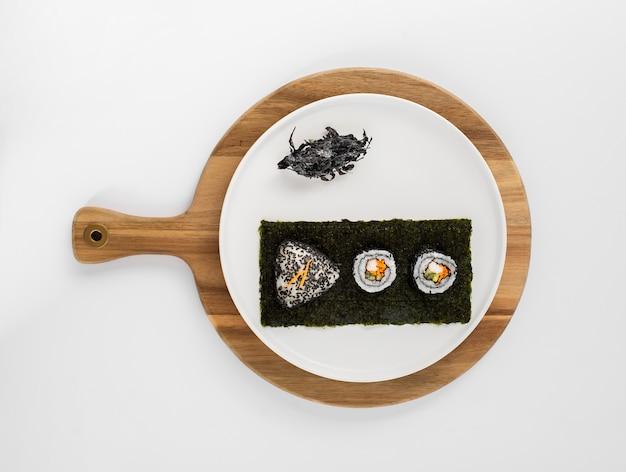 Makaronowe rolki sushi z czarnymi sezamami na nori