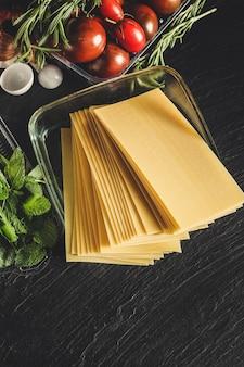 Makarony lasagna surowe sosy i składniki
