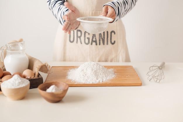 Mąkę przesiewamy przez sito do pieczenia