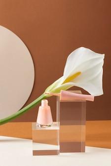Make up concept z różowym lakierem do paznokci