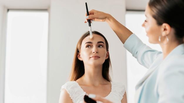 Make-up master robi makijaż dla klienta. malowanie skóry