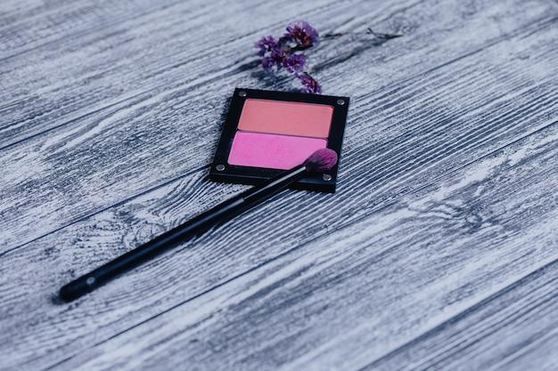 Makeup muśnięcie na rumienisku przy drewnianym tłem