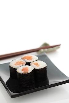 Maki rolls na białym tle w kolorze białym