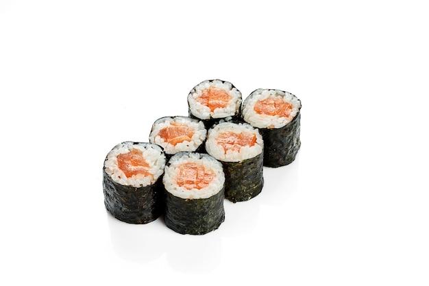 Maki sushi roll z łososiem. klasyczna kuchnia japońska. dostawa jedzenia. na białym tle.