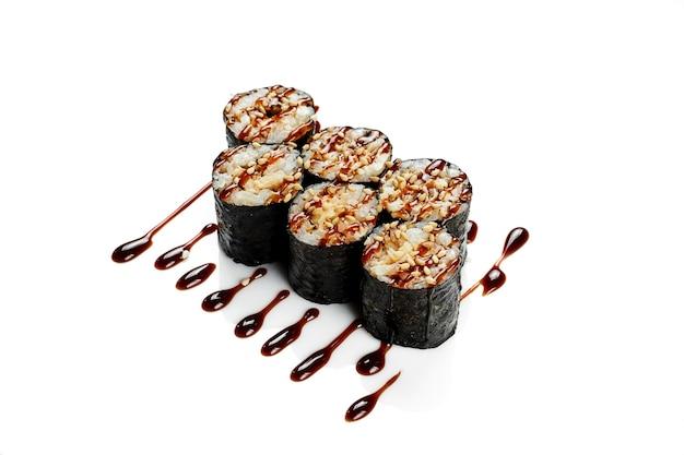Maki sushi roll z węgorzem. klasyczna kuchnia japońska. dostawa jedzenia. na białym tle.