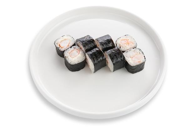 Maki sushi z krewetkami i serkiem śmietankowym. na białym talerzu ceramicznym. białe tło. odosobniony.