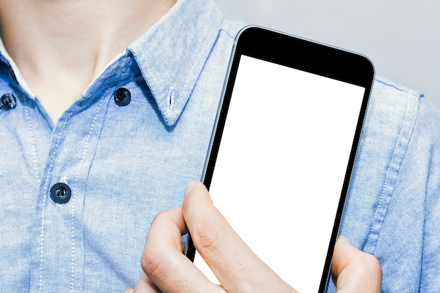 Makieta białego ekranu telefonu komórkowego z zbliżenie model biznesmena w stylu casual