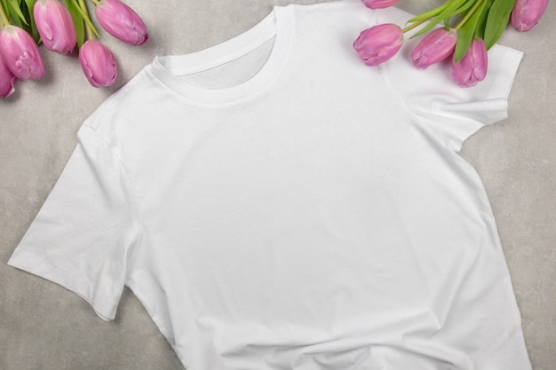 Makieta białej bawełnianej koszulki damskiej z różowymi tulipanami, zaprojektuj szablon t-shirt