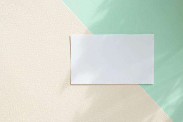 Makieta białej kartki papieru na pastelowym tle