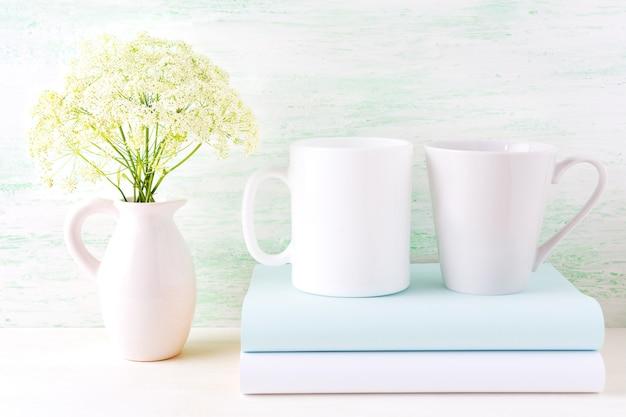 Makieta białej kawy i latte kubki z dzikich kwiatów