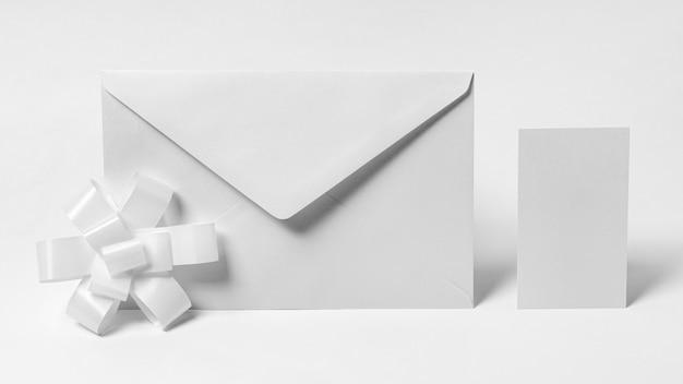 Makieta białej koperty i kokardki