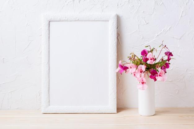 Makieta białej ramki z różowym i fioletowym bukietem kwiatów