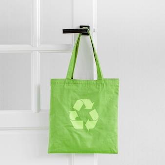 Makieta białej torby ekologicznej. pusty worek na zakupy z miejsca na kopię. płócienna torba typu tote. ekologiczna / zerowa koncepcja odpadów.