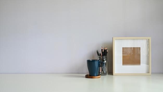 Makieta biurko obszaru roboczego i ramka na zdjęcia przestrzeni kopii