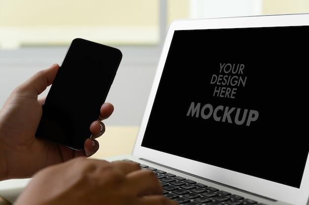 Makieta biznesmen za pomocą ekranu laptopa
