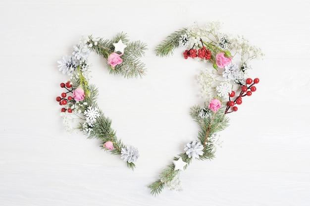 Makieta boże narodzenie wieniec serca ze świerku, hypsophila, stożki i płatki śniegu w stylu rustykalnym z miejscem na tekst