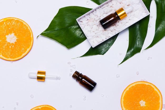 Makieta brandingowa. naturalny olejek eteryczny, pojemniki na butelki kosmetyczne z plastrami pomarańczy.