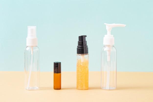 Makieta butelek z produktem kosmetycznym na jasnoniebieskim tle. zabieg na ciało i twarz oraz spa. naturalne kosmetyki. olejek do masażu antycellulitowego. miejsce na tekst, obrazy.